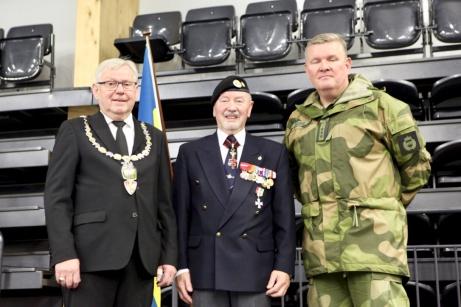 PÅ bilden från vänster syns borgmästaren i Elverum Erik Hanstad och Norska kamratföreningars ordförande Arne Broberg samt representant från Heimvernet i Norge