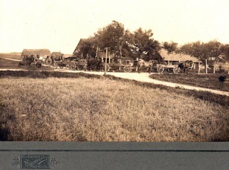 Här en bild på Korsväga gård som låg där vägen från Söndrum anslöt till Heagårdsvägen i kanten på flygfältet. Nedan  finner ni en modernare bild.