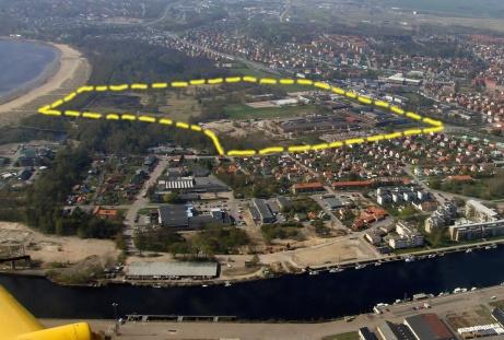 Det gula streckade linjerna visar det civila flygfältets utsträckning i början på 1930-talet och framåt i tiden innan flygfältet flyttades till dagens plats 1944.