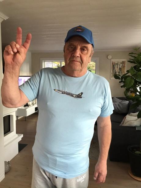 Roger Molin medlem i kamratföreningen iklädd vårA32  tröja och keps.En entusiast, i Kamratföreningen, som älskar flyg, och har varit på plats och kikat på flygplanet