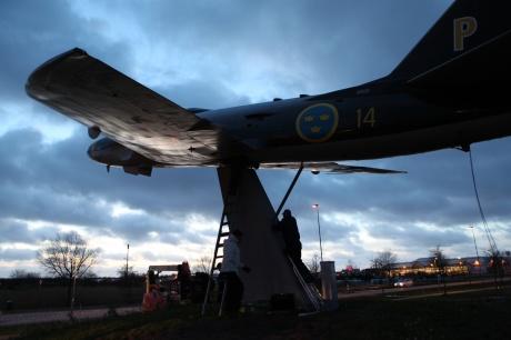 2019-12-07 så lyftes vår renoverade A32 på plats på pelaren vid infarten till Halmstad City Airport