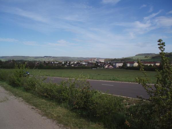 På Plaine des Laumes finns numera gott om bebyggelse och vägar.