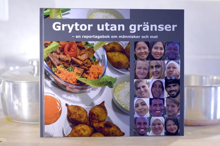 Grytor utan gränser. Reportage, intervjuer och recept. Välkända råvaror och exotiska ingredienser. Som det kan bli när världen landar i Halland.