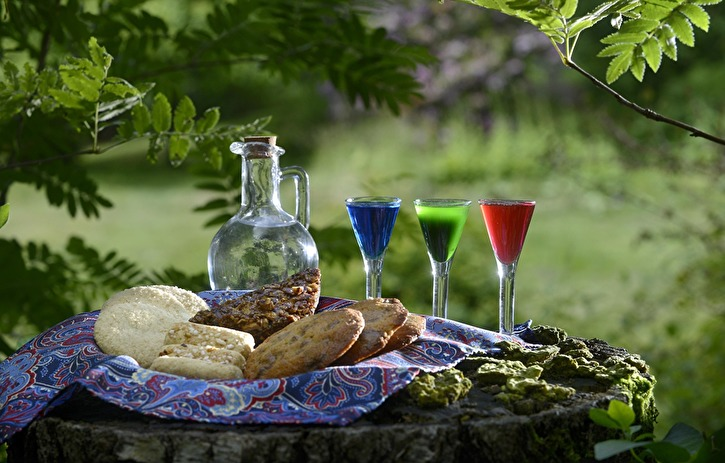 Brännvin och kakor. Sprit och socker. Starkt och sött. Men dryckerna och recepten i nästa bok kommer inte bara att handla om alkohol, vi har recept på saft och must. Och kakor från såväl Folkared som Damaskus.