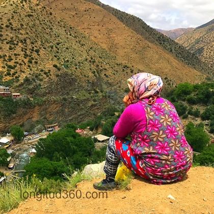 Berberkvinna i bergen som tagit paus