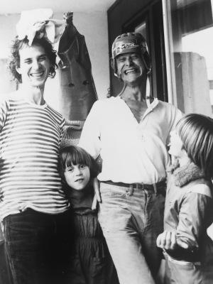 Pappa, Mamma, jag, Lasse och Daniel. Den årliga grönsaksfesten. En blomkål, en morot, en jordgubbe, en gurka och ett blåbär.