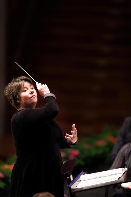 Merete Ellegaard, dirigerar orkester