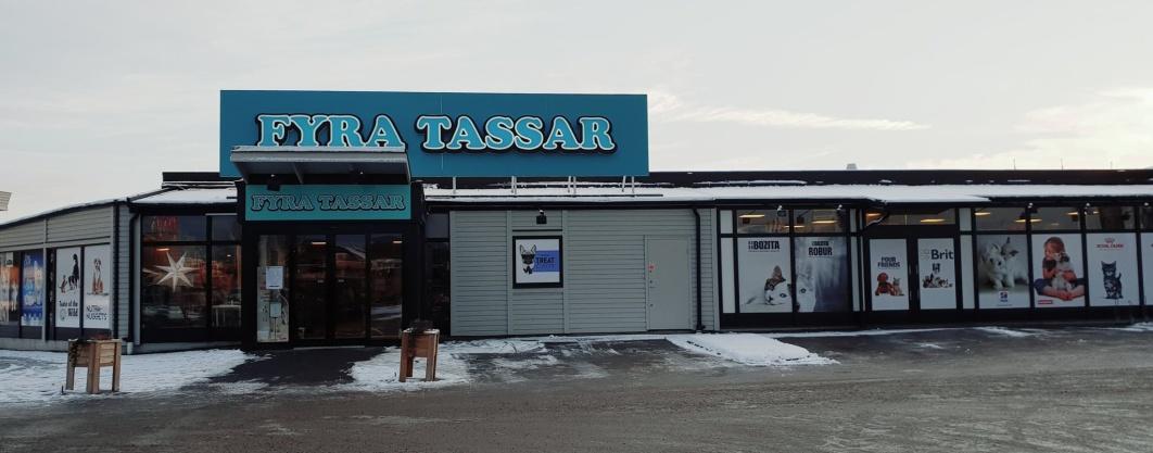 Vi på Fyra Tassar i Linköping är en stor djurbutik & zooaffär som erbjuder foder & tillbehör till husdjur (katt, hund, smådjur, gnagare, fåglar, reptiler, häst, akvariefiskar, höns & fjäderfän).