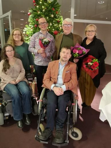 Malin Östnäs, Maritha Sanandh och de tre assistenterna samt deras arbetsledare framför granen på julbordet.