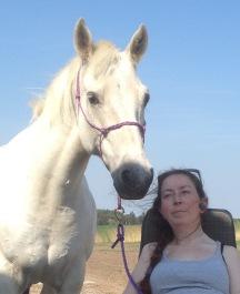 Medlem med sin häst en härlig sommardag