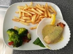 Zalm in en citroen-dille saus med frites & broccoli