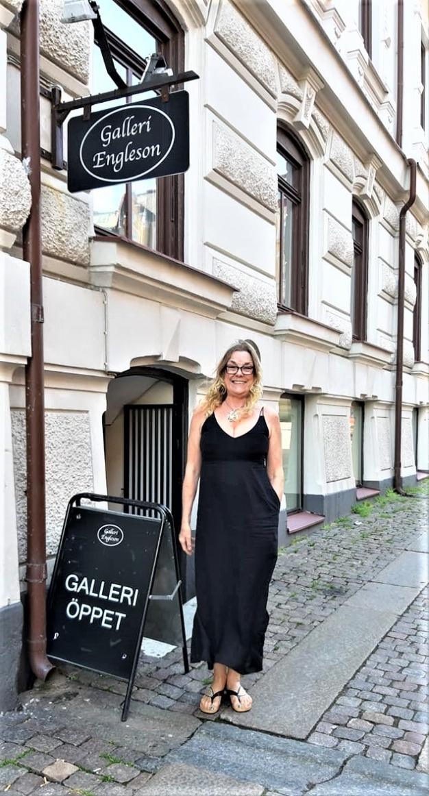 International Fine Artist FREJA ENJOY outside Galleri Engleson 9/6, 2019.