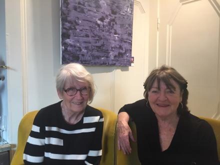 Maude Schyffert och Birgitta Reinfeldt är bekanta sedan tidigare och blev extra glada när de fann varandra i minglet. Maude arbetar med marknadsföring och Birgitta med ledarskap.