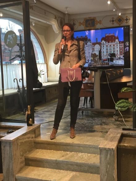 Smartings Marie Ericsson Drotte som även driver champagneagentur avslutade en härlig kväll med utlottning av en flaska champagne från champagnehuset Mathelin som arbetar med hållbar odling. Inte bara gott. Utan hållbart också. In och beställ på BonneBox