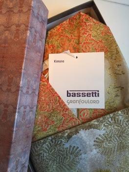 Du får en fin paketkartong när du köper en kimono från Granfoulard Basetti.