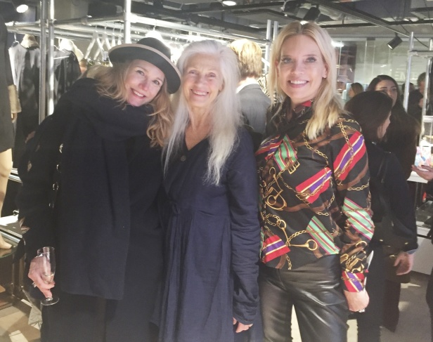 AnnaCharlotte Bosten Rosenberg, designer som lanserar vackra kuddar i Smarting Show & Shop, topmodel Ingmarie Lamy och modeinfluencer Hanna Gerner minglade och julmyste på vår lansering.