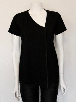 Maria Sjödin | NOIR – Asymetrisk T-shirt - Small