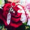 Halsband med hänge - Halsband med bergskristall och kvinnotecken
