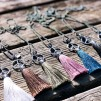 Kedja med peacemärke och tofs - Halsband med grå  tofs