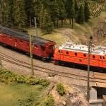 Ra-lok med snälltåg på linjen.