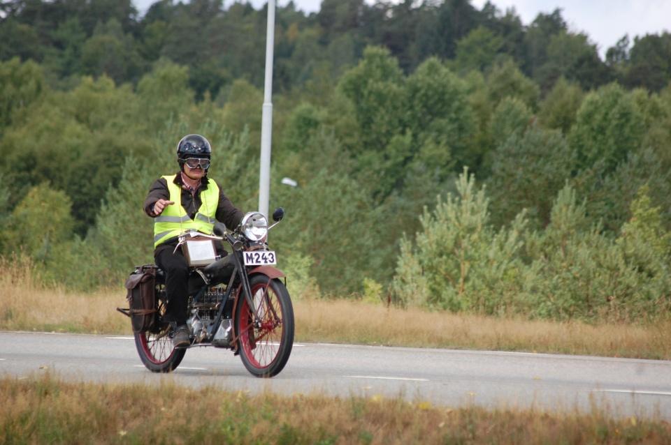 """Sven Andersen med sitt nyrestaurerade """"kakelugnsrör"""""""