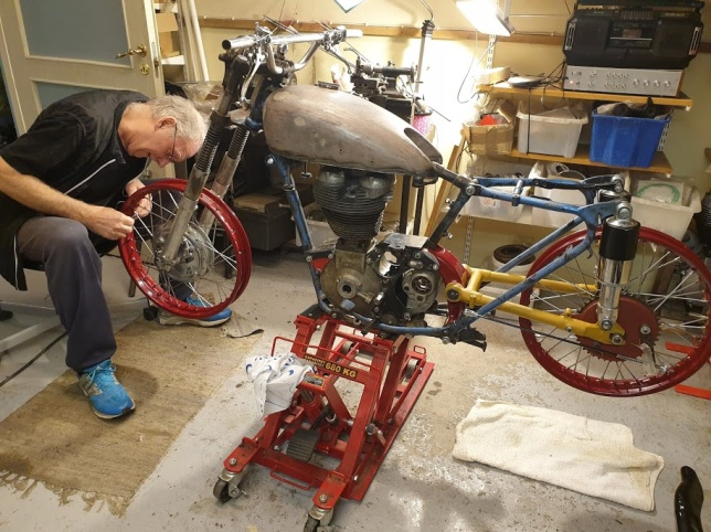 """Bild 1 och 2: På ett mekarmöte i vinter hos MCV Väst visade vår medlem Staffan Strömberg hur man ekrar ett hjul. Hjulet tillhör Petter och ska sitta på hans AJS """"special project"""" som är under uppbyggnad och är ett bra exempel på ett nätverk och samarbete med rätt bruk av medlemmars kompetens."""