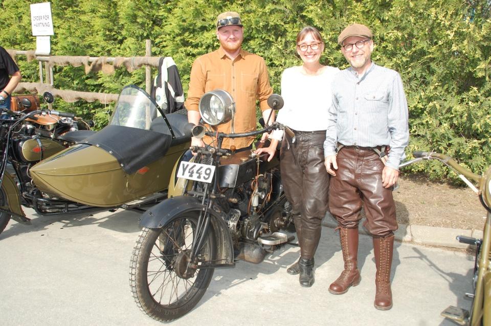 Familjen Lundgren, Johan – Ingrid – och  Axel  med nytaget MC-körkort