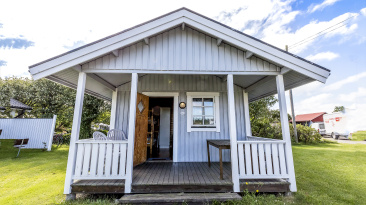 .. boka en grå stuga som är avsedd för 4 personer i självhushåll, utrustade med det som behövs för att starta en bra weekend eller vecka