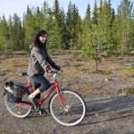 Saga åker cykelkorg med Emmy