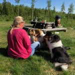 Linda på besök, med sin Bella och syrran Stella mamma Alice och Mormor Saga vankar godis.