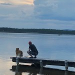 Lycka och Gustav spanar på båtåkarna.