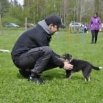 Magnus kan nog tänka sig en till hund snart, så han passar på och mysa med Lo