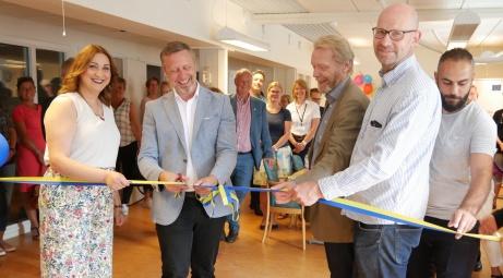 Från invigningen i Nynäshamn. Kommunstyrelsens ordförande Patrik Isestad klipper bandet!