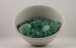 Fluorit kristaller/ädelstenar | trumlade spets stav kristaller slipade stenar healing stenar chakra stenar - 1,60kr/g, priser mellan ca 16-30kr/st