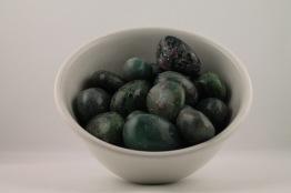 Rubin Zoist kristaller/ädelstenar   trumlade spets stav kristaller slipade stenar healing stenar chakra stenar - 1,80kr/g, priser mellan ca 20-70kr/st