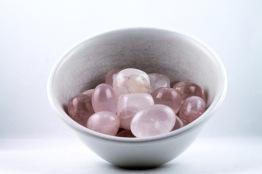 Rosenkvarts kristaller/ädelstenar | trumlade spets stav kristaller slipade stenar healing stenar chakra stenar - Pris: ca 20-50kr/st, Gram: 1,60kr/g