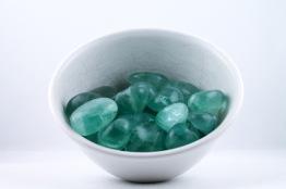 Fluorit kristaller/ädelstenar | trumlade spets stav kristaller slipade stenar healing stenar chakra stenar - Pris: ca 16-30kr/st, Gram: 1,60kr/g
