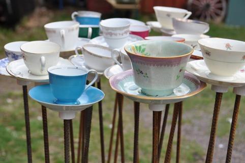 Trött på dina gamla kaffekoppar? Ett sätt är att skapa söta fågelbad! (bilden är lånad från bloggen 42kvadrat)