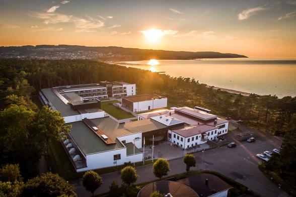 Flygbild över Hotell Riviera Strand i Båstad