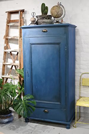 Gammalt linneskåp ommålat i Annie Sloan Chalk paint, färgen Aubusson, vaxat med både brunt och svart vax. Mängder av steg-för-steg-videos hittar du på: www.youtube.com/wackygoose. Både skåp och dekora