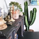 Homestyling lägenhet, Göteborg 2017. Skrivbord målat med Annie Sloan Chalk paint (Graphite), loppisfynd, ljusstakar, terrakottakrukor och naturligtvis en maffig kaktus.
