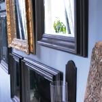 Homestyling lägenhet, Göteborg 2017. En egendesignad spegelvägg med speglar gjorda utav gamla loppistavlor. De flesta ramarna är målade med Annie Sloan's Chalk paint, färgen Graphite.