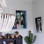 Homestyling lägenhet, Göteborg 2017. Chalkpaintings by Lina, skrivbord målat med Annie Sloan Chalk paint i färgen Graphite, loppisfynd som dekorationer och en pampig takkrona med träkulor. Allt kommer