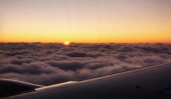 Jag älskar när planet är precis ovanför molnen. Det är som ett hav av bomull med världens mest rofyllda horisont