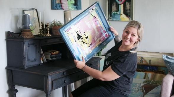 En glad Lina med originalmålningen 'Choose Happiness'