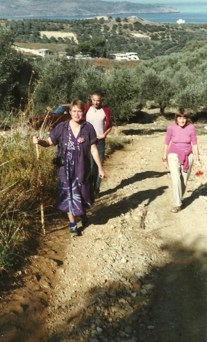 December 1985. På vandring oven for Platanias og Kato Stalos. Kvinden med staven er Karen Degett, billedkunstner, desværre død i februar 2011.