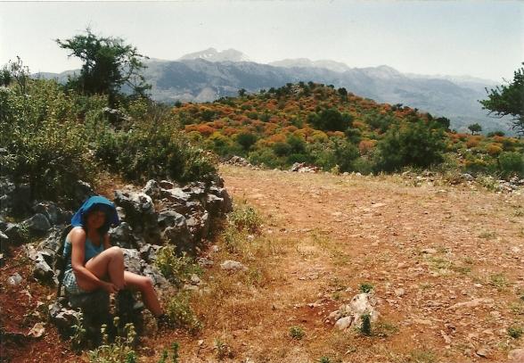 1994. Det er i sidste halvdel af maj, men der er stadig klatter af sne på toppen af De Hvide Bjerge, Lefka Ori, i baggrunden.