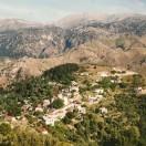 Sådan ligger Laki – langt ude på landet med De Hvide Bjerge (Lefka Ori) som bagtæppe.