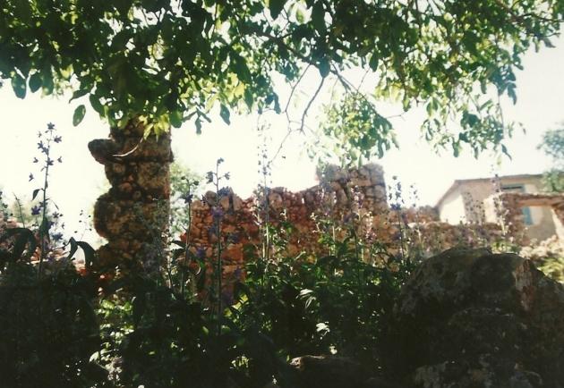Det meste af landsbyen lå i ruiner dengang.