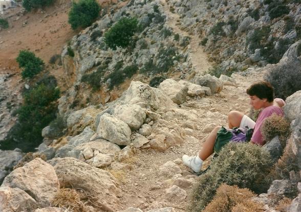August 1997. Det ses ikke tydeligt på billedet, hvor brat faldet er neden for stien, men det ses på Anne-Mette.